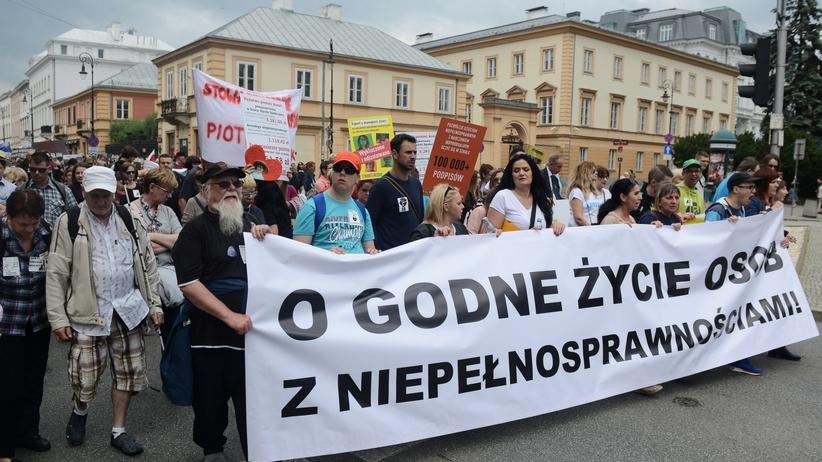 Protestujący niepełnosprawni mają zakaz wstępu do Sejmu