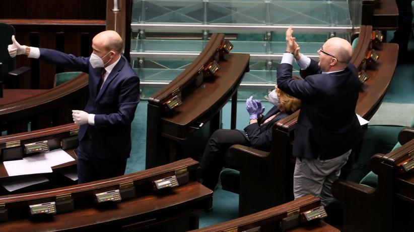 PiS przegrało głosowanie ws. wyborów korespondencyjnych. Posłowie już się tłumaczą