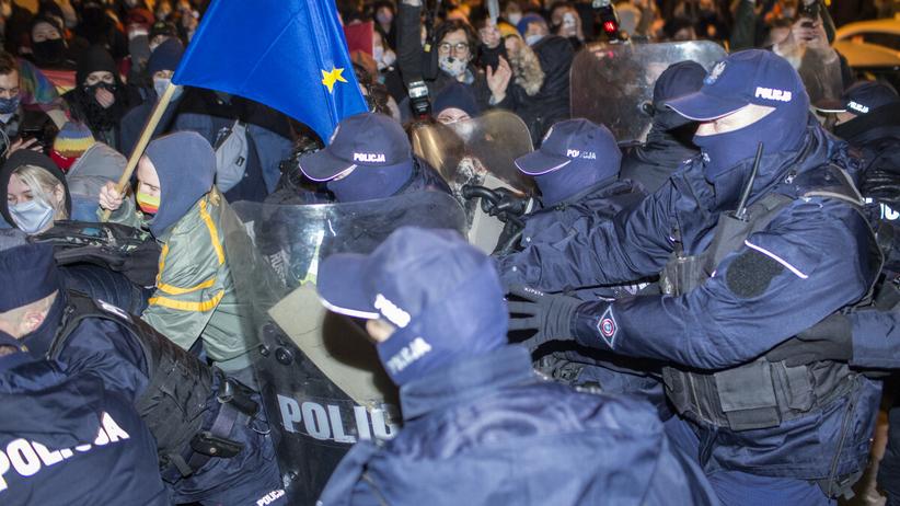 policja podczas pikiety solidarnościowej w Warszawie
