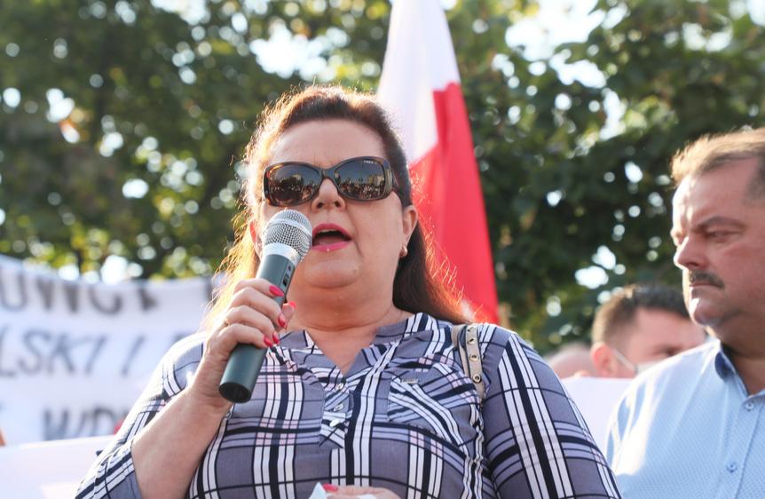 Renata Beger pod siedzibą PiS