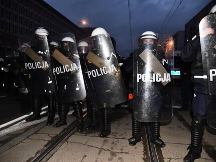 Policja rozważa użycie sygnałów świetlnych, by ostrzegać protestujących