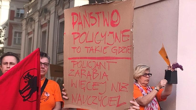 Tłumy nauczycieli przed UM w Poznaniu. Są rozczarowani zawieszeniem strajku