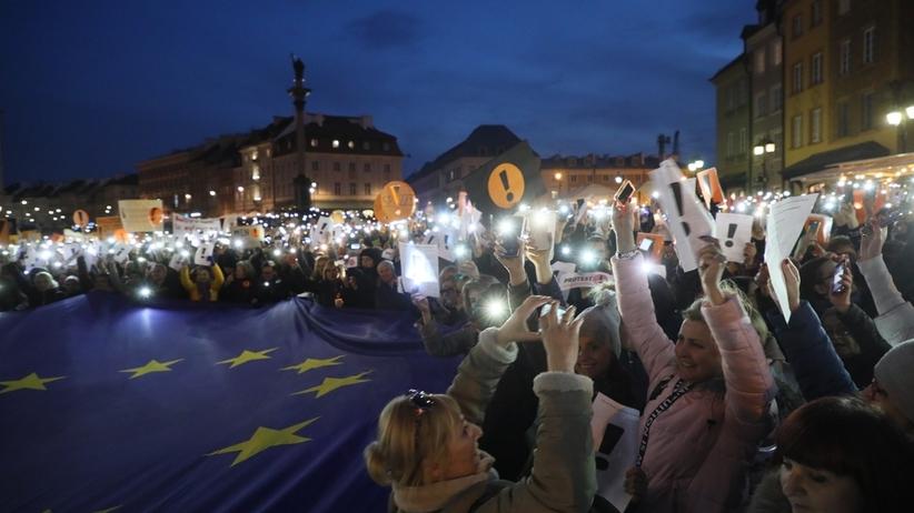 Światełko z wykrzyknikiem dla nauczycieli. Tysiące ludzi na Placu Zamkowym