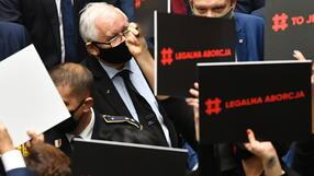 """Szarpanina w Sejmie, Kaczyński otoczony. """"Prezesie, dlaczego się pan boi kobiet?"""""""
