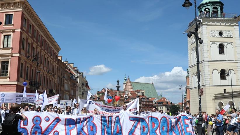 """Protest lekarzy w stolicy. """"Pacjenci w Polsce, w kolejkach do leczenia umierają"""""""