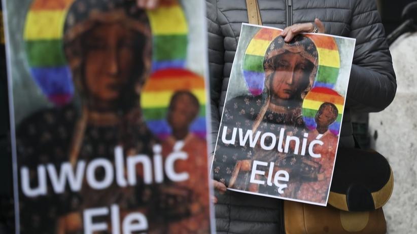 """Protest solidarnościowy """"Tęcza nie obraża"""" przeciwko zatrzymaniu Elżbiety Podleśnej"""
