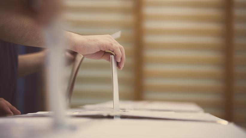 Kolejne przypadki łamania ciszy wyborczej. Zerwane plakaty, przyczepa z banerem