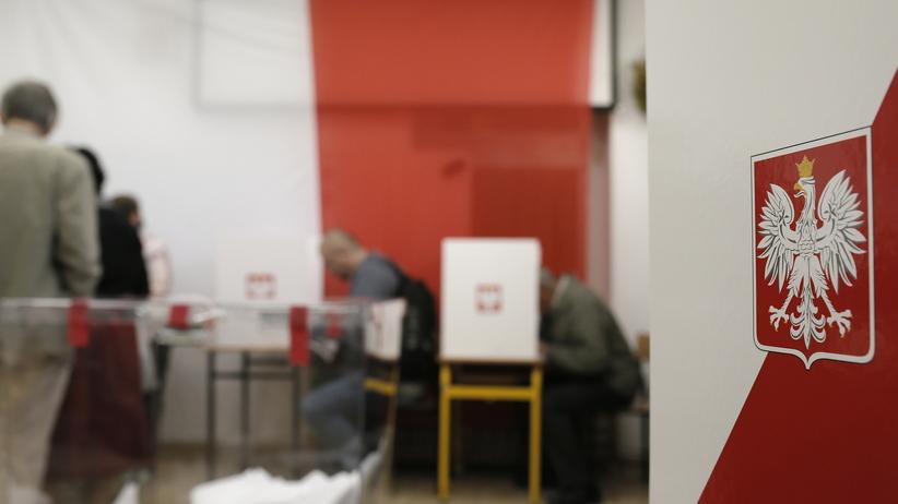 Wybory parlamentarne 2019. Wypadek w lokalu wyborczym. Na wyborcę spadło godło