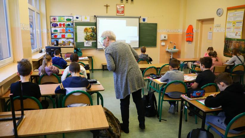 Uczniowie w szkole na lekcji
