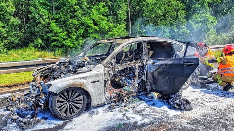 Pożar auta na A4, wewnątrz była kobieta. Ogień doszczętnie strawił pojazd