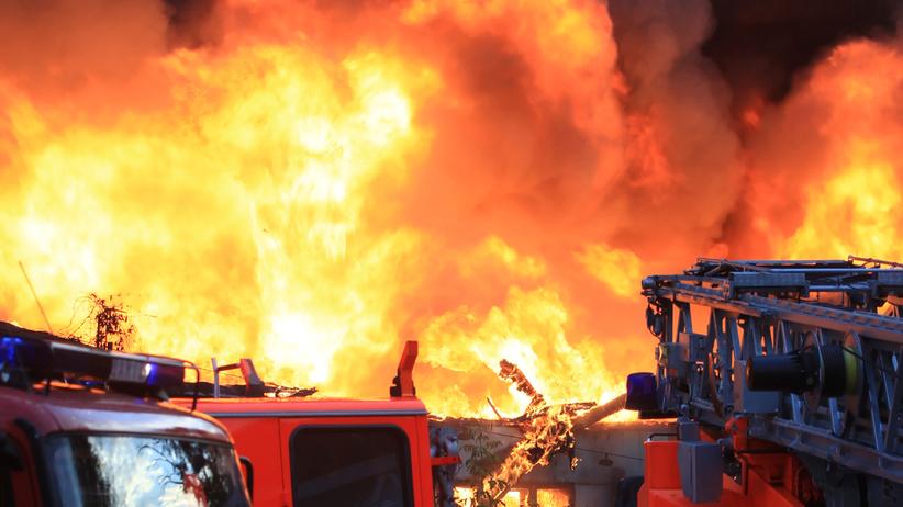 Pożar w hali magazynowej koło salonu samochodowego