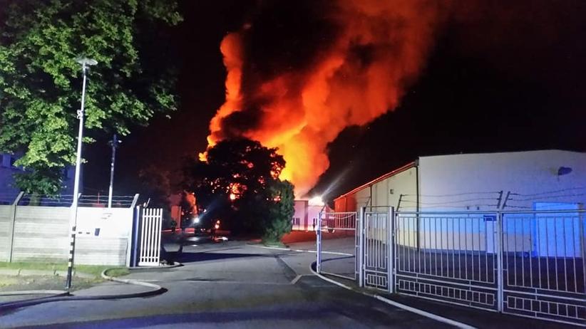 Ogromny pożar hal magazynowo-produkcyjnych w Jaworznie