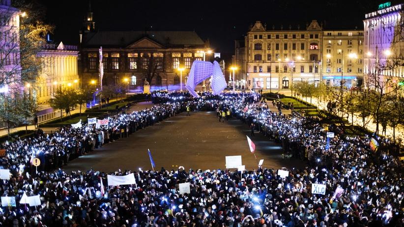 """Poznań. Wielki wiec poparcia dla strajkujących nauczycieli. """"Tu chodzi o waszą godność"""""""