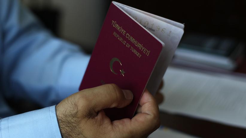 Podróżował z kserokopią cudzego paszportu. Twierdził, że tak kazała mu żona