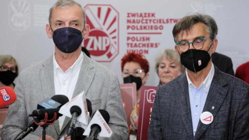 Prezes Związku Nauczycielstwa Polskiego Sławomir Broniarz (L) oraz wiceprezes ZNP Krzysztof Baszczyński (P) podczas konferencji prasowej po posiedzeniu Prezydium ZG ZNP