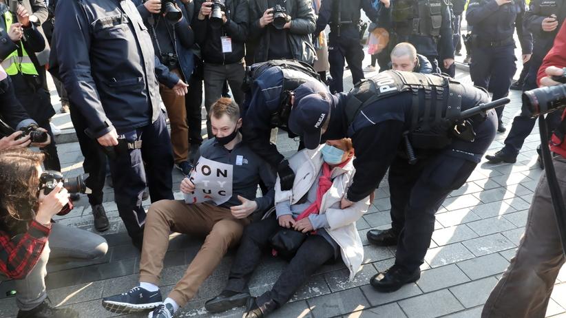 Protest przed Sądem Najwyższym. Policja użyła siły, są zatrzymani