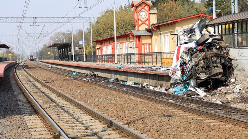Tragedia w Puszczykowie. Pociąg zmiażdżył karetkę. Zginęły dwie osoby