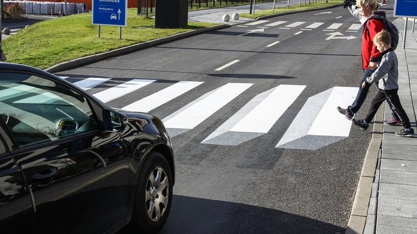 Horror pieszych. 90 proc. kierowców na przejściach dla pieszych jeździ ZA SZYBKO