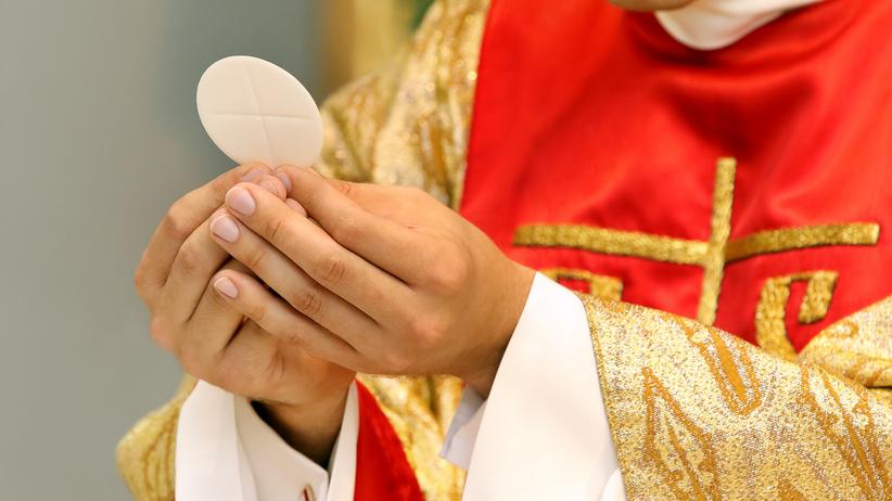 Skazany za molestowanie dzieci ksiądz odmawia różaniec w Radiu Maryja