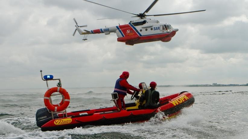 Rewal. W morzu topiło się kilka osób. Wyłowiono ciało. Trwają poszukiwania