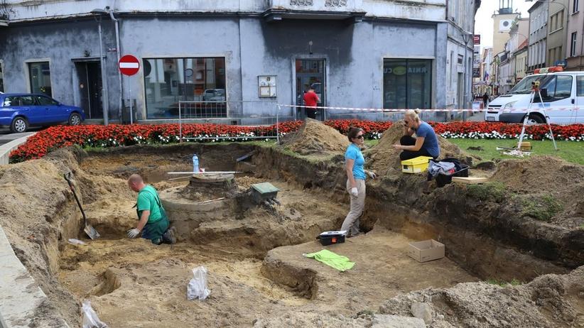 Mieszkańcy chcieli posadzić drzewa na placu. Naukowcy odkryli tam…cmentarzysko