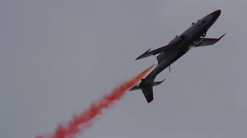 Samoloty nad Warszawą? Skąd hałas i czerwony dym w stolicy?