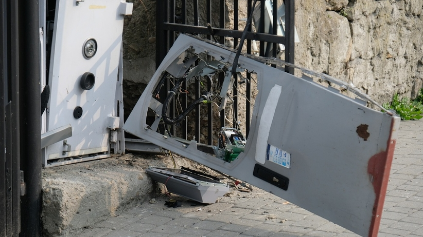 Okradli i wysadzili bankomat. Szuka ich policja