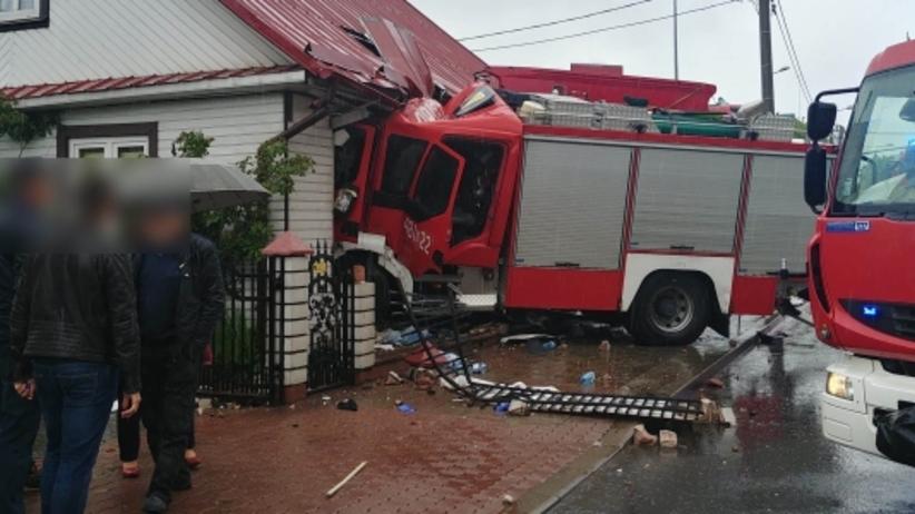 Wóz strażacki wjechał w dom. Kilka osób jest rannych