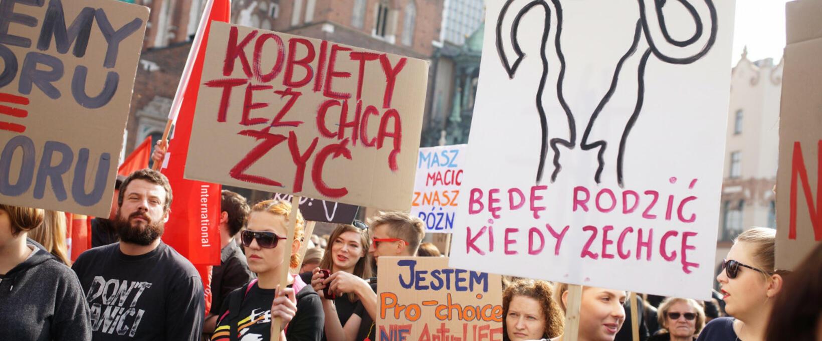 Spór o aborcję w Polsce. Historia praw i zakazów w pigułce