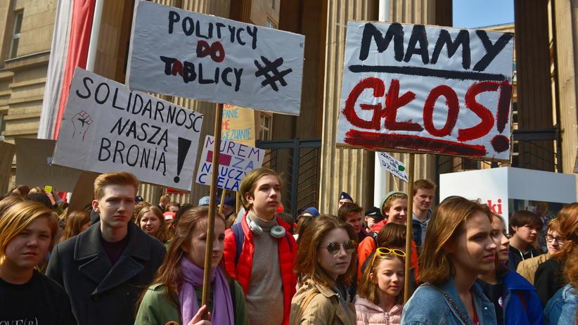 """""""Politycy do tablicy!"""" Uczniowie manifestują przed MEN"""