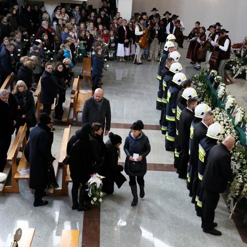 Pogrzeb rodziny ze Szczyrku. Tłumy mieszkańców żegnają zmarłych