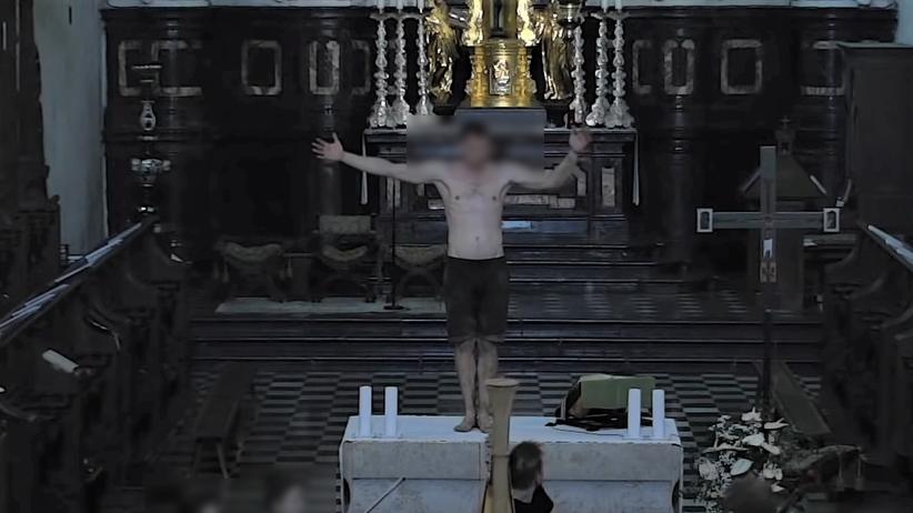 tańczył półnagi na ołtarzu