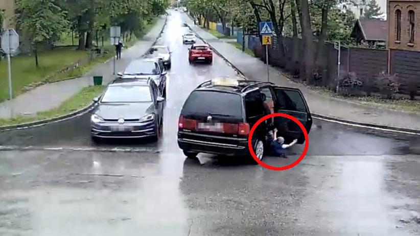 czterolatek wypadł z jadącego auta