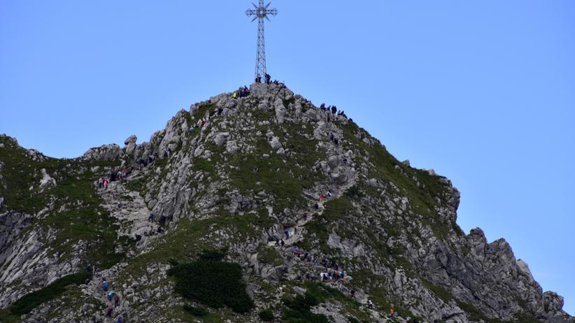 """Weszli na szczyt Giewontu i pomalowali krzyż. """"To skrajna głopota"""""""