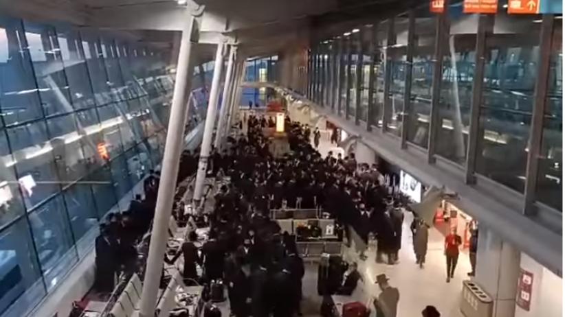 Tłum Żydów na lotnisku Chopina