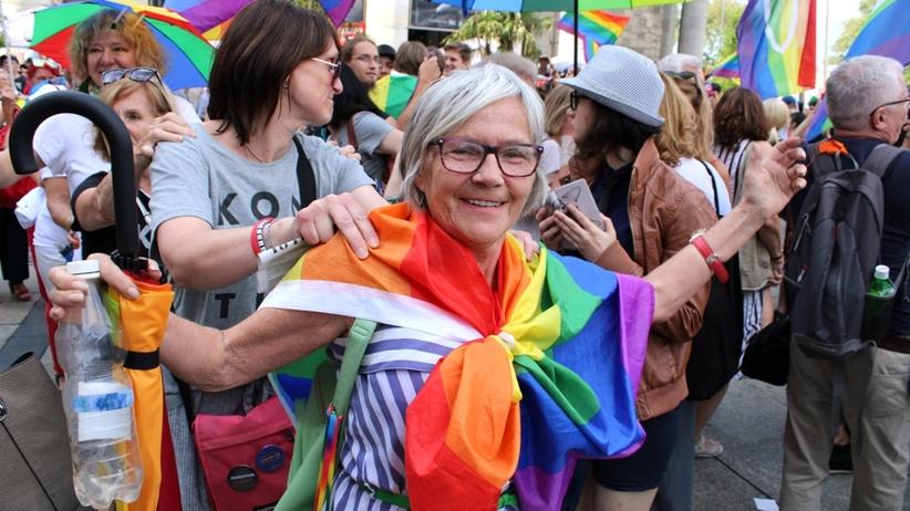 Warszawa solidarna z Białymstokiem. Tak wspierali LGBT na placu Defilad [ZDJĘCIA]