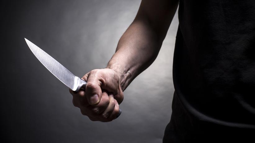Zazdrosny partner rzucił się na kobietę. Dźgnął ją nożem w klatkę piersiową