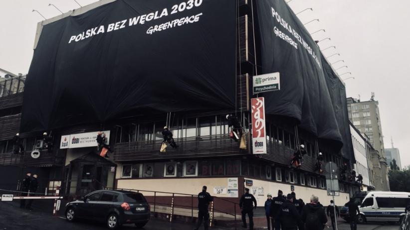 """Wielka akcja w stolicy. Greenpeace """"przykrył"""" siedziby PiS i PO"""