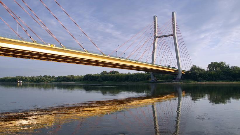 Mężczyzna skoczył z mostu Siekierkowskiego. Uratowali go policjanci