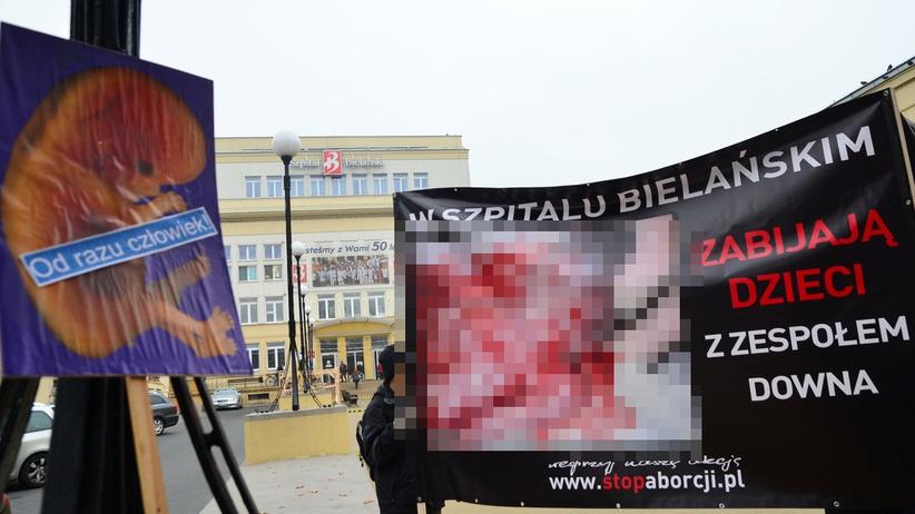 Warszawa. Przeciwnicy aborcji pikietują pod Szpitalem Bielańskim. Pilnuje ich policja