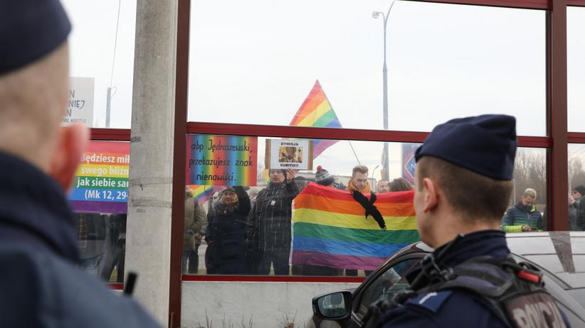 Manifestacja pod warszawskim kościele św. O. Pio przy ul. Fieldorfa