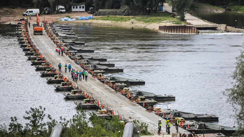 Most pontonowy, rurociąg na Wiśle