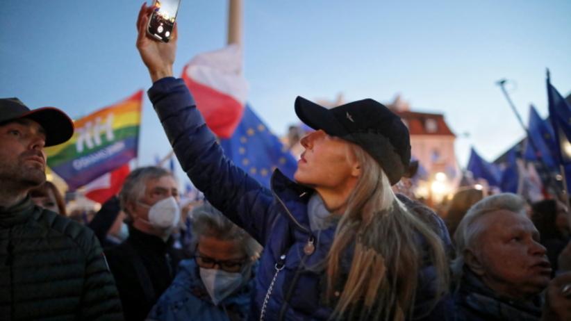Uczestnicy manifestacji poparcia dla obecności Polski w Unii Europejskiej na pl. Zamkowym w Warszawie