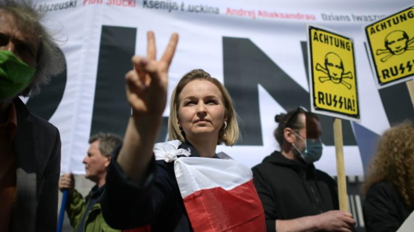 Uczestnicy manifestacji w obronie Andrzeja Poczobuta oraz innych więzionych dziennikarzy przed siedzibą Ambasady Białorusi w Warszawie