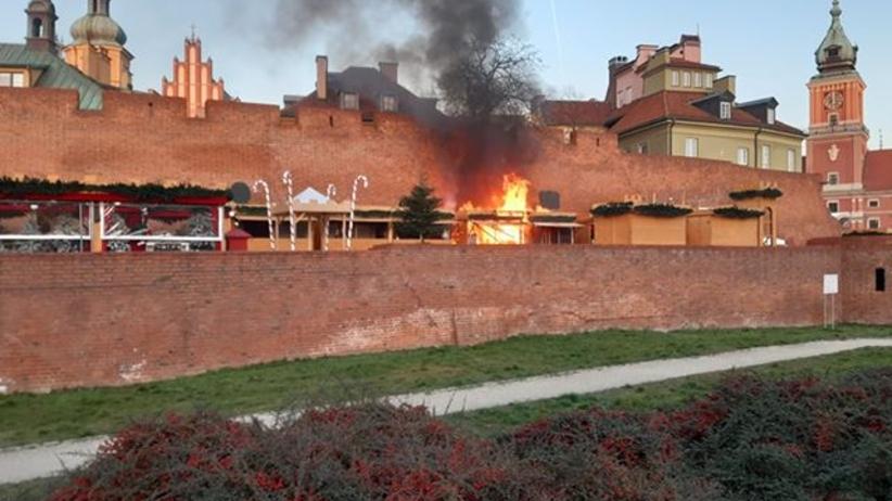 Pożar w Warszawie. Płonie jarmark świąteczny przy Barbakanie