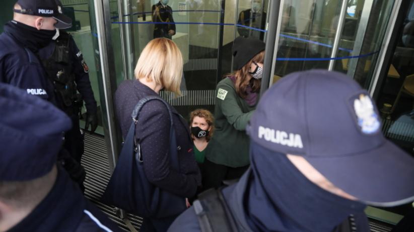 Aktywistki Extinction Rebellion blokują wejście do budynku Sejmu