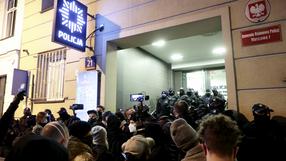 Protest w stolicy. Demonstranci pod komendą na Wilczej, zatrzymana dziennikarka