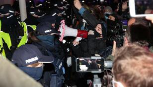 Dziennikarka wciągnięta do radiowozu na proteście. Pokazywała legitymację