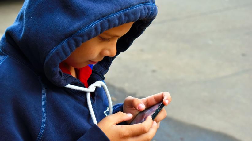 chłopiec z telefonem