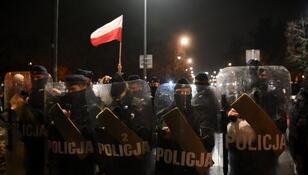 Trzaskowski: Gaz łzawiący przeciwko kobietom? Naprawdę, Polska Policjo?